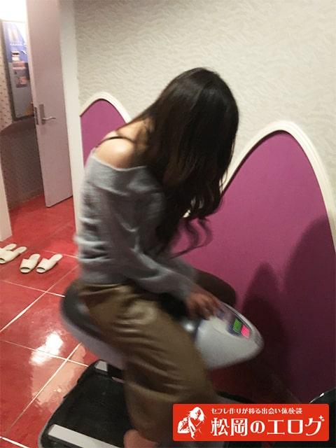 出会い系の女がSMグッズで遊んでいる写メ
