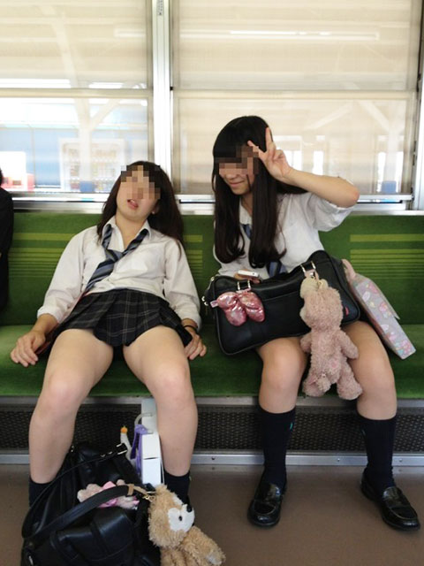 電車の中で油断しているJK