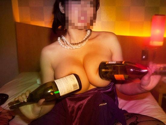 シャンパンを胸に当てて喜ぶキャバ嬢